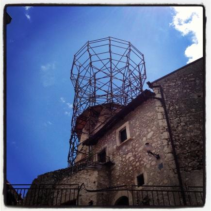 De karakteristieke toren is compleet verdwenen. Het herstel kost ruim een miljoen euro.