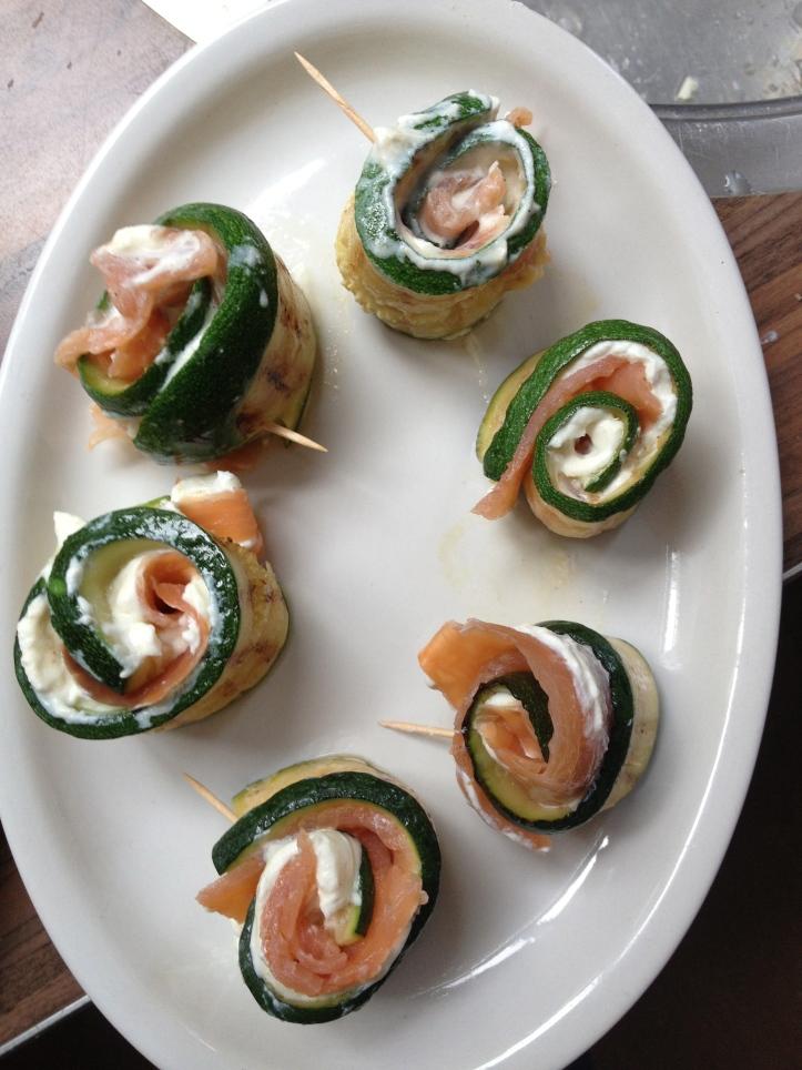 Involtini di zucchine con ricotta, salmone affumicato e aneto