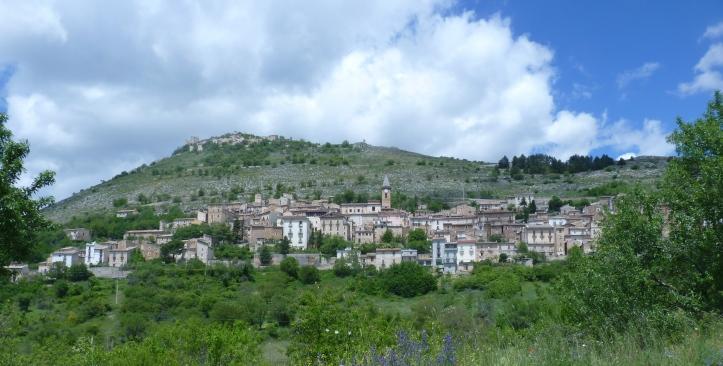 Calascio met boven op de berg Rocca Calascio