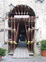 Het oude centrum van Castelvecchio is bijna helemaal op deze manier gestut. Doodeng om hier onderdoor te lopen...