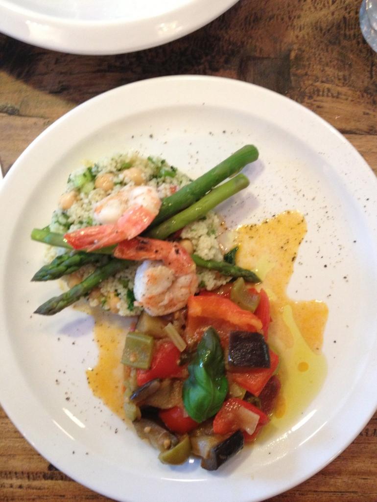 De overheerlijke couscoussalade met kikkererwten, asperges en gamba's én een Siciliaanse caponata