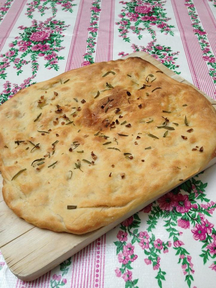 De simpele focaccia: met grof zout, knoflook en olijfolie