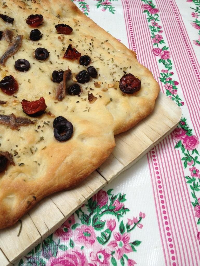 Focaccia pugliese: met tomaten, olijven, knoflook, oregano en ansjovis