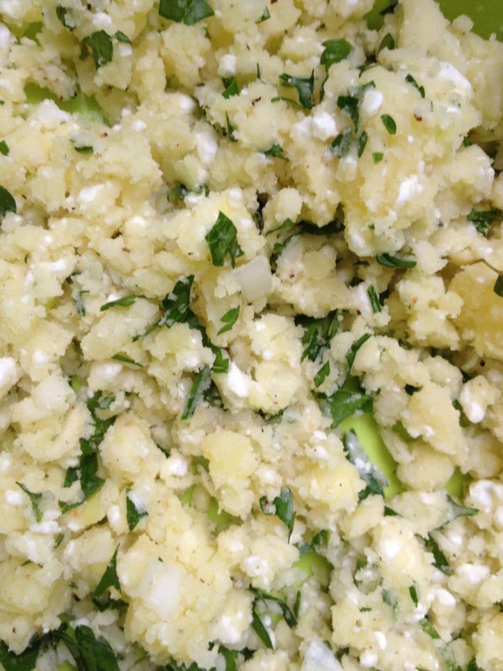 De vulling met onder meer aardappelen, hüttenkäse en lente-uitjes