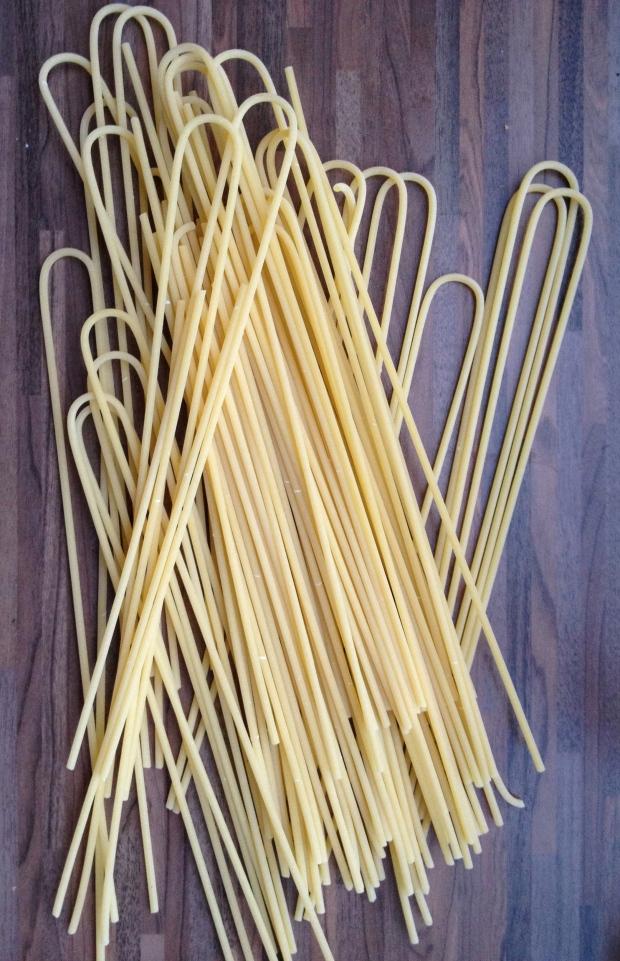 Deze bucatini is van Benedetto Cavalieri. Eenmaal gekookt, moet de pasta direct opgediend worden, want, zoals valt te lezen op de verpakking, hare majesteit de pasta houdt niet van wachten...