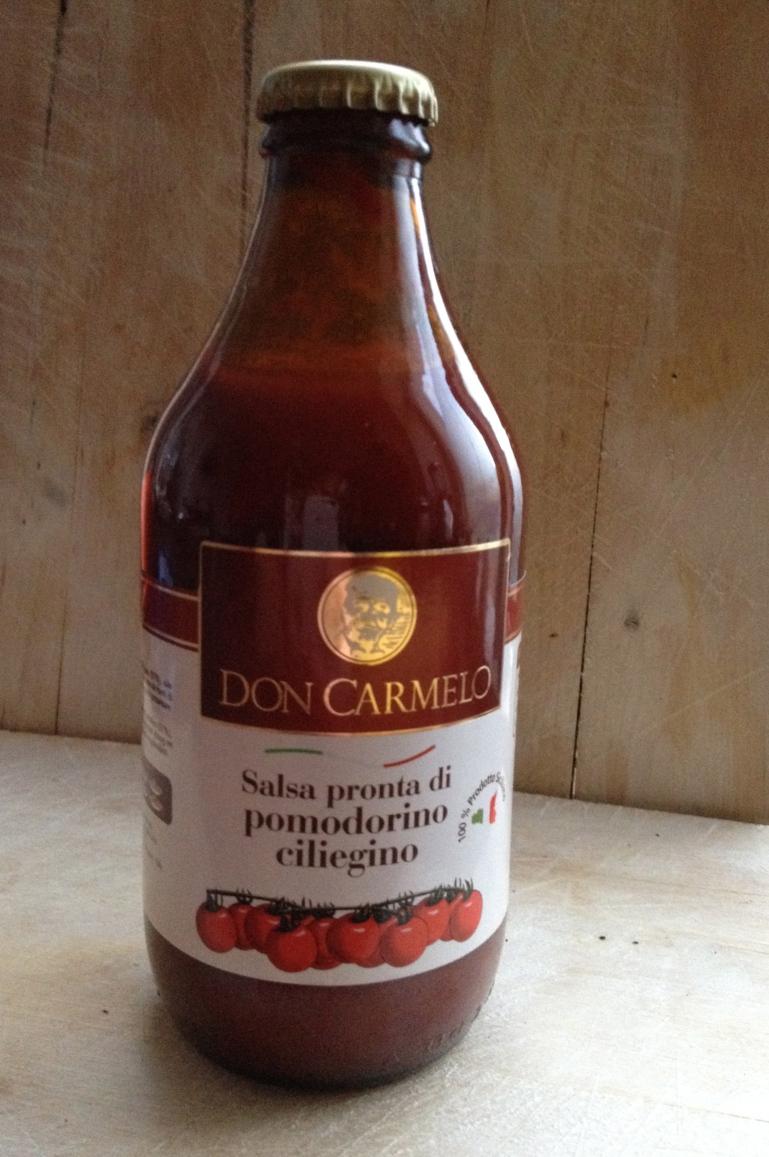Deze tomatensaus had ik nog in de kast staat. Gekocht naar aanleiding van een enthousiast verhaal (daar val ik altijd voor) van de verkoper: 'deze saus heeft alleen nog maar pasta nodig'.