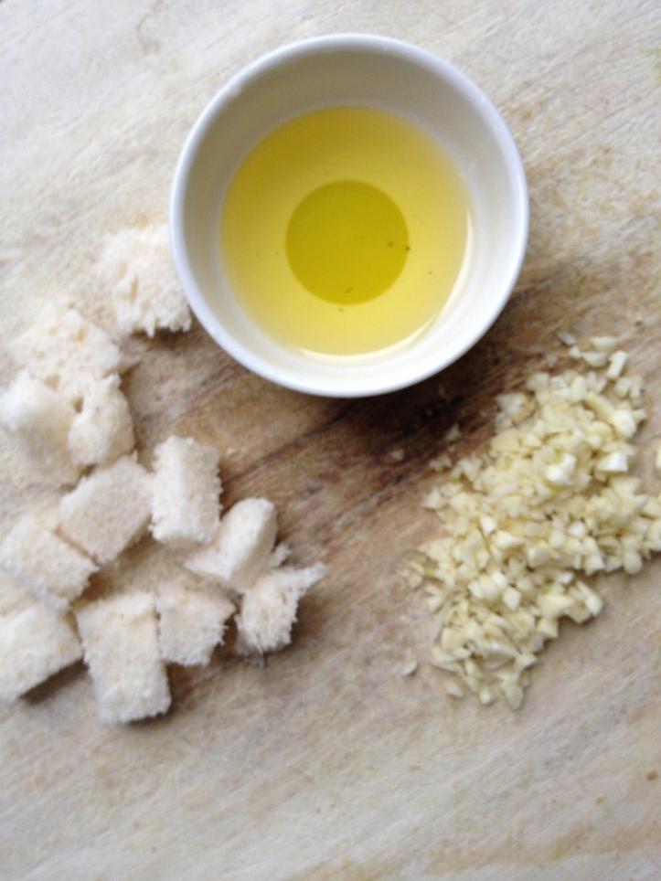 4 boterhammen 3 teentjes knoflook olijfolie