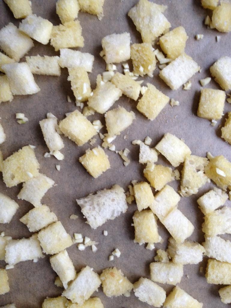 Leg de croutons op een vel bakpapier op een ovenplaat. En laat ze zo'n 10 minuten op 180C bakken. Check af en toe even of het niet the hard gaat.