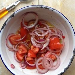 Doe de dressing door de salade. Voeg zout en peper toe